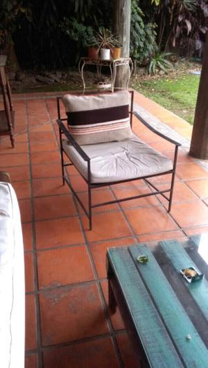 2 sillones de hierro con almohadones