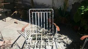 Juego de sillones de jardín con mesa de hierros.