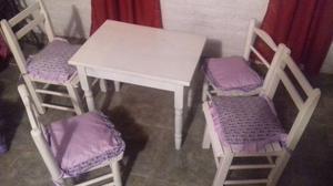 Juego de mesa y sillas para chicos.