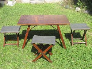 Mesa de madera y banquitos rústicos