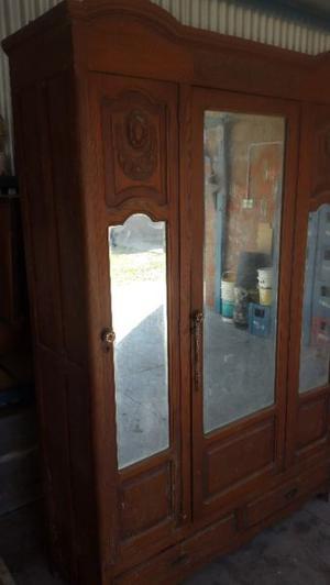Ropero antiguo de 3 puertas con vidruos vicelado