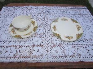 Piezas sueltas de antiguo juego de té y postre de loza