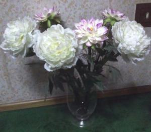 Florero de vidrio transparente con flores