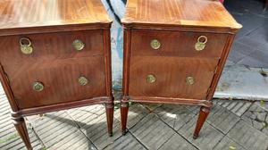 Antiguas mesas de luz de estilo inglés en cedro