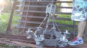 Portón antiguo, hierro y bronce macizo con lámpara antigua