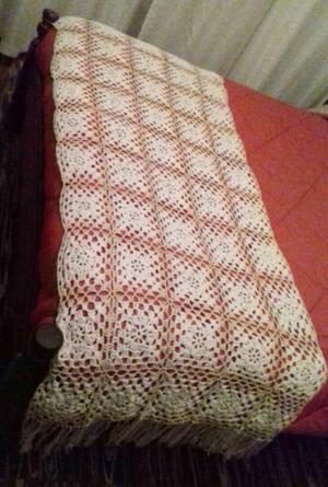 Pie de cama tejido al crochet en hilo de algodón con flecos