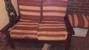 Juego de living en algarrobo con almohadones en Chenile