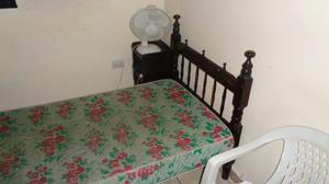 Vendo cama estilo colonial con mesita de luz