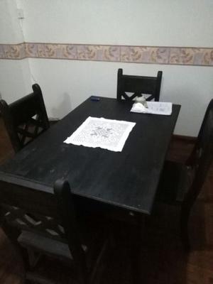 Mesa con 4 sillas de pino color negras
