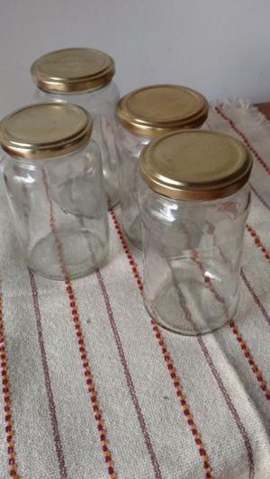 Frascos de vidrio reciclados con tapas doradas y blancas