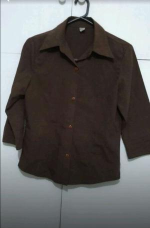Camisa marrón con cuello