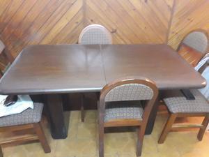 Mesa de madera y seis sillas tapizadas