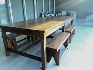 Mesa con 4 bancos