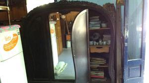 Antiguo ropero de estilo con espejo biselado