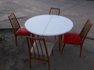 Mesa redonda libro con cuatro sillas de madera dura muy