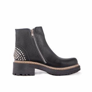 botas de cuero negro con tachas moda