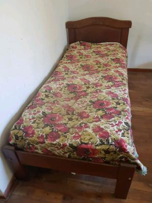 Cama algarrobo impecable con colchón resortes