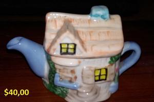 Se venden objetos de vajilla antiguos de porcelana y vidrio