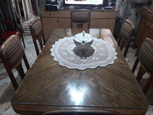Juego de comedor. Mesa recien lustrada con 6 sillas de roble