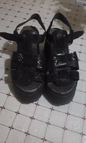 vendo sandalias negras de plataforma