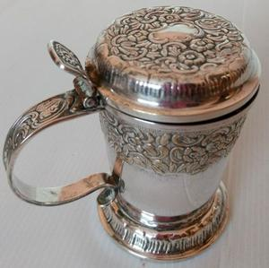 Antiguo jarro de alpaca con relieve, plateado