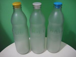 Botellas de vidrio esmeriladas con tapón. Milk, water.