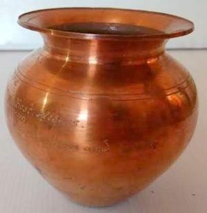 Antiguo y hermoso florero hecho en cobre