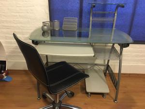 Mesa de escritorio con vidrio templado y silla