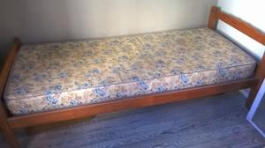 cama de una plaza en madera maciza