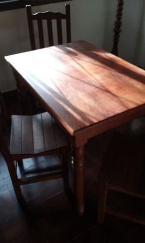 Mesa de algarrobo y 4 sillasa