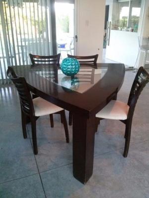 Mesa minimalista con sillas