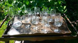 Juego de copas de vino de cristal tallado y jarra