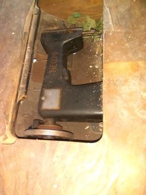 Maquina de coser antigua con pie de hierro $ 800