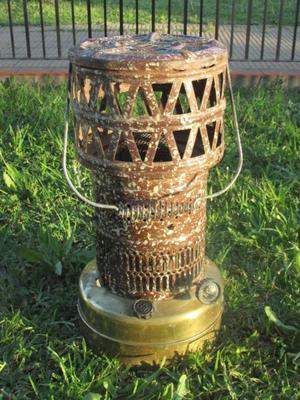 Calentador antiguo de kerosene estilo campo