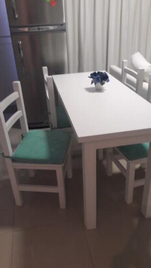 Vendo mesa y 4 sillas con almohadones.