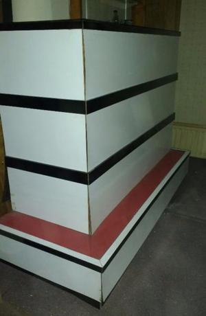 Barra/Bar/Desayunador con estantes internos y puertas