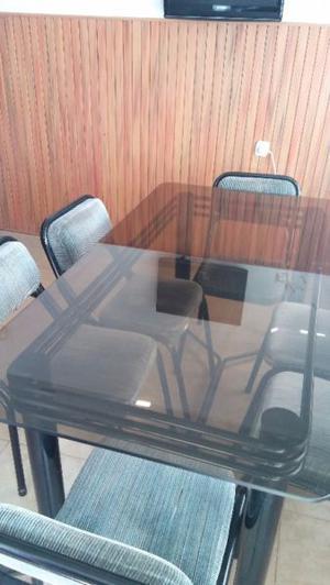 Vendo mesa de vidrio con 6 sillas y 2 banquetas