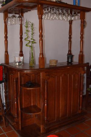 Bar curvo con copero de algarrobo macizo