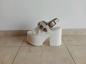 Sandalias plataformas blancas número 36 sin uso