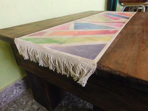 Mesa ratona rústica con camino pintado