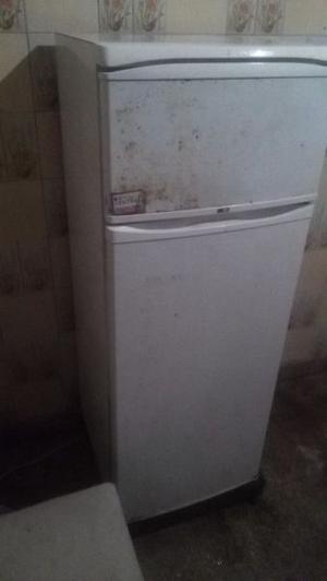 Heladera con freezer funcionando por mudanza