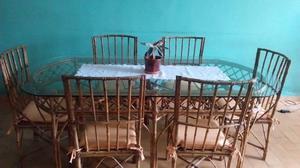 Mesa de caña con vidrio y sillas