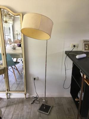 Lámpara de Pie, aluminio y base de cuero