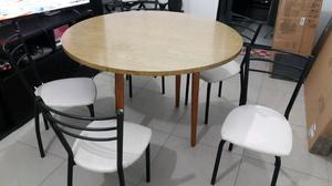 Mesa redonda de madera y sillas