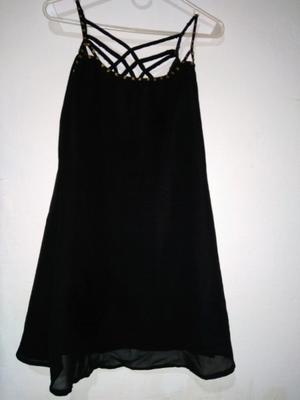 Vestido negro, con detalles de canutillos dorados mate.