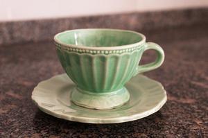 2 juegos de vajilla de cerámica (2 platos y 2 tazas), uno