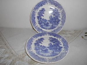 Dos platos postre de cerámica blanca y azul. Muy lindos!