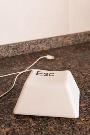 Lampara de diseño de forma de una tecla ESC, con conexion