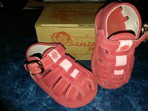 Zapatilla y sandalia de nena