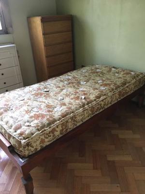 Cama de una plaza en cedro con colchón y almohadones